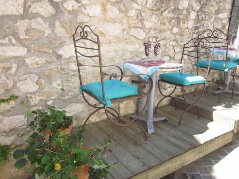 A little table waiting for diners in Cassis.